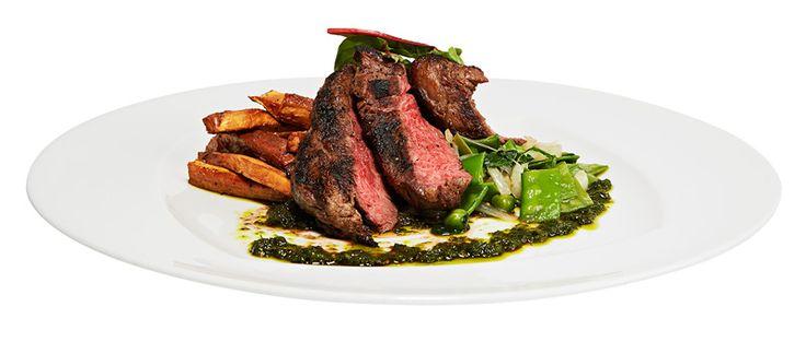 Grillattu Black Angus -härän flank steak ja chimichurria, 19,90 €. Lisäksi bataattiranskalaisia ja lämmintä pinaattihernesalaattia. Norm. 26,90 €. BBQ HOUSE, 1. KRS