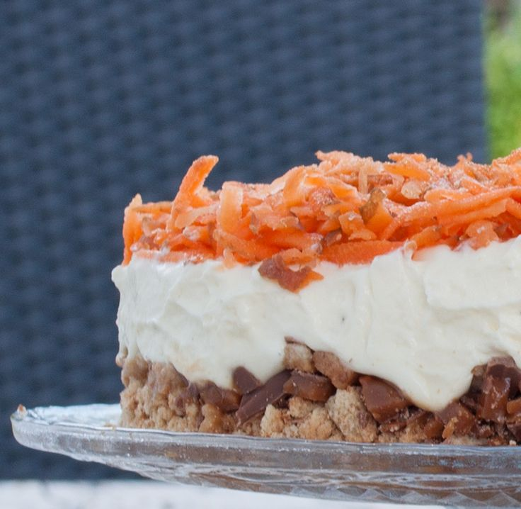 <p>En gulerodskage der ikke er bagt, og med revne gulerødder på toppen – det gør sikkert, at mange vil ryste på hovedet. At der så også er skyr i, ja så er toppen da nået :-) Men smag lige, for det smager fantastisk.  Kagen skal ikke bages, men stå og trække et par timer. 2 dobbelt Daim 100 gr kammerjunkere 2 dl fløde 2 dl skyr 5 spsk flormelis 2 tsk vaniljesukker ca. 2-3 gulerødder Hak chokoladen groft. Knus kammerjunkere og bland med chokoladen. Det hele trykkes ud i en tærteform(min er…