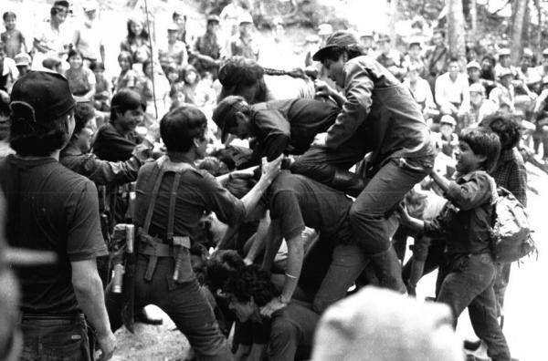 Combatientes del Frente Ernesto Che Guevara del Ejército Guerrillero de los Pobres en las selvas de Ixcán, realizan juegos de destreza colectiva en un día de descanso,  junto a  pobladores de comunidades...