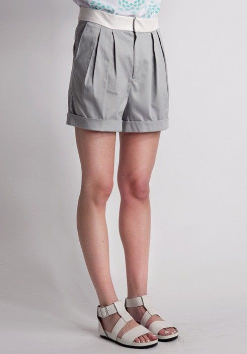 Shorts in cotton stretch with gray faux leather strap White pleated. BUY IT NOW ON www.dezzy.it!