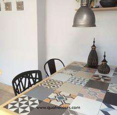 Mesa con ceramica, madera y metal en una terraza. Estructura de Ikea