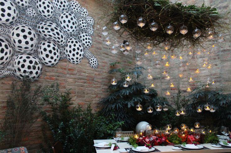 Matrimonio en restaurante Nolita Bogotá. Centro de mesa con bolas de cristal flotante y velas. Romántico y chic. wedding ideas. Kharisma floral