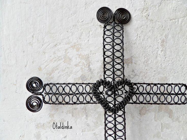 Drátovaný kříž se srdíčkem Drátovaný kříž se srdíčkem Dekorace do interiéru. Vhodné do stylové chalupy, do starobylého interiéru....... 29cm x 23 cm Povrchová úprava-včelí vosk Černý drát vlivem vlhka rezne. Dekorace do interiéru. Jednotlivé kusy průběžně dovyrábím a mohou se mírně od fotografie lišit. Jedná se o ruční práci.