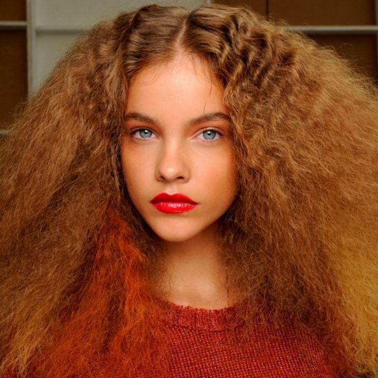 80er-frisuren-extremer-volumen-haare-crimpen-toupieren-rot-vluse-lippenstift