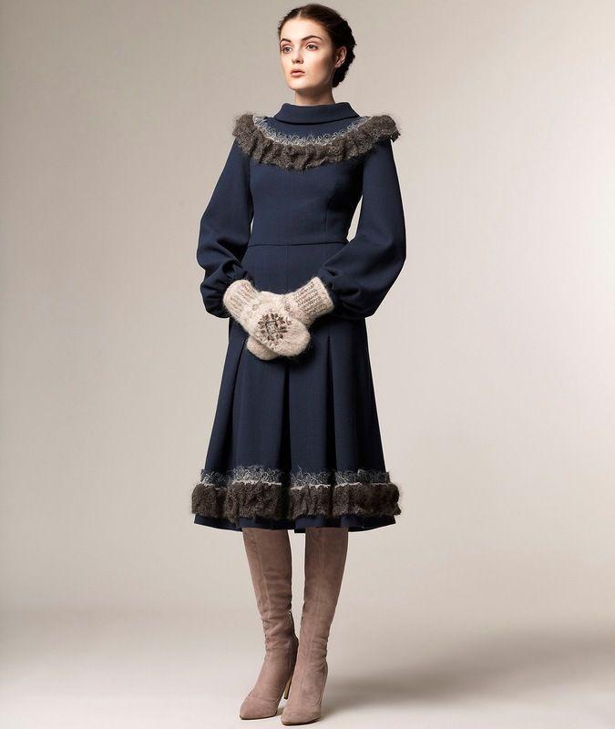 Позвольте представить Вашему вниманию осенне-зимнюю коллекцию (лукбук) сезона 2013-2014 г., которую придумала Анастасия Романцова для своего бренда A La Russe. Очередной раз, талантливый дизайнер умело преподнесла свою женственную и нежную коллекцию. Здесь вы можете увидеть роскошные платья в стиле A La Russe, манто с воротниками-стойками и меховыми манжетами, воздушные блузы и платья с рукавами…
