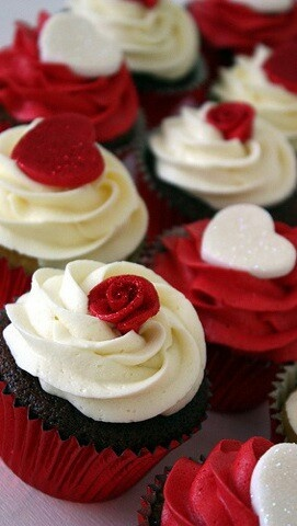 Cupcakes for Valentine's Day - or could do this with stars etc for Christmas!