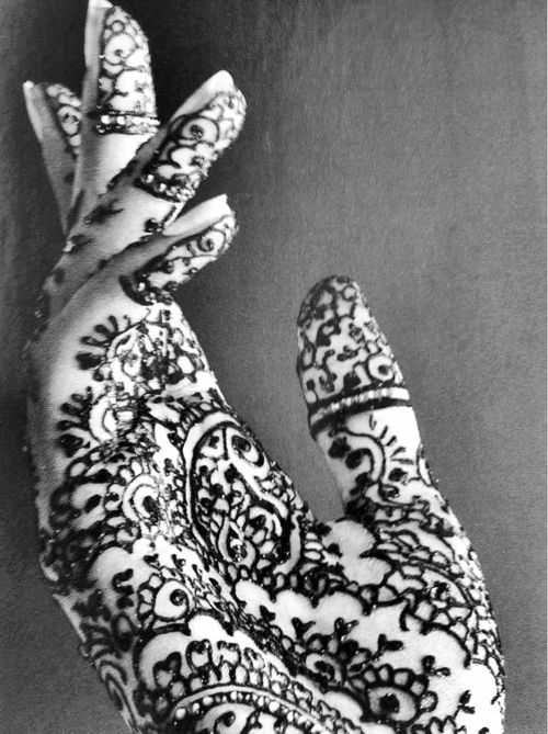 i absolutely adore henna art~ i have only done it once, but next time i do...