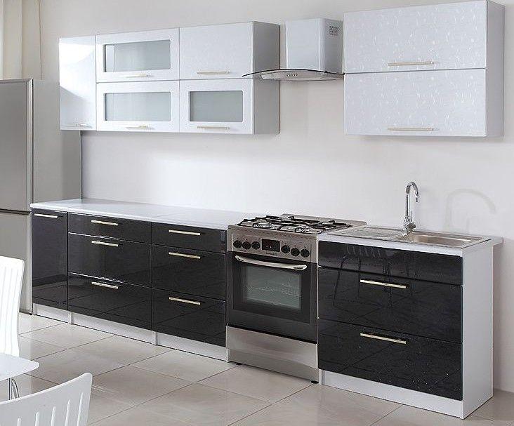 Luxusná kuchyňa vhodná predovšetkým do panelákových bytov. Táto kuchyňa je navrhnutá tak, že skrinky sa dajú poskladať v ľubovoľnom poradí. To vám umožní si zostaviť kuchyňu podľa svojich predstáv. Pracovná doska je delená podľa veľkosti spodných dvierok (okrem skrinky na drez). Sokel aj korpus sú vo farbe šedý popol. Spodné dvierka sú vo farbe čiernej v lesku, horné v bielom lesku. Lesky majú v sebe atraktívny vzor. Úchyty sú kovové zlatej farby.
