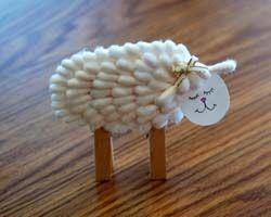 Realizza insieme ai tuoi bambini un agnellino utilizzando dei cotton fioc; potrebbe essere un ottimo segnaposto per il pranzo di Pasqua, o può essere utilizzato per inserirvi un biglietto d'auguri, per decorare un biglietto di Pasqua o ancora per realizzare un magnete da frigo.