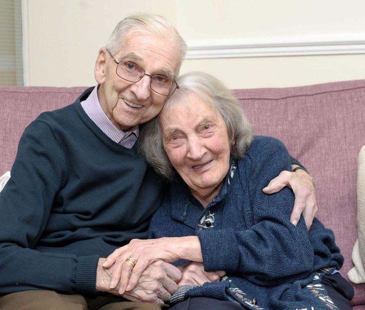 Para manter o amor vivo, marido de 91 anos lê diário para mulher com amnésia!