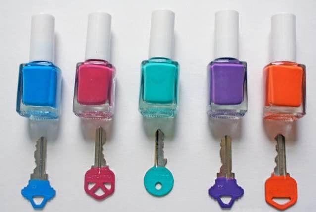 Если у вас несколько одинаковых ключей от разных замков, используйте лак для ногтей, чтобы покрасить их.