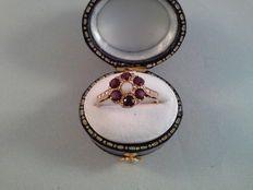 Antieke geelgouden ring met granaat en parel