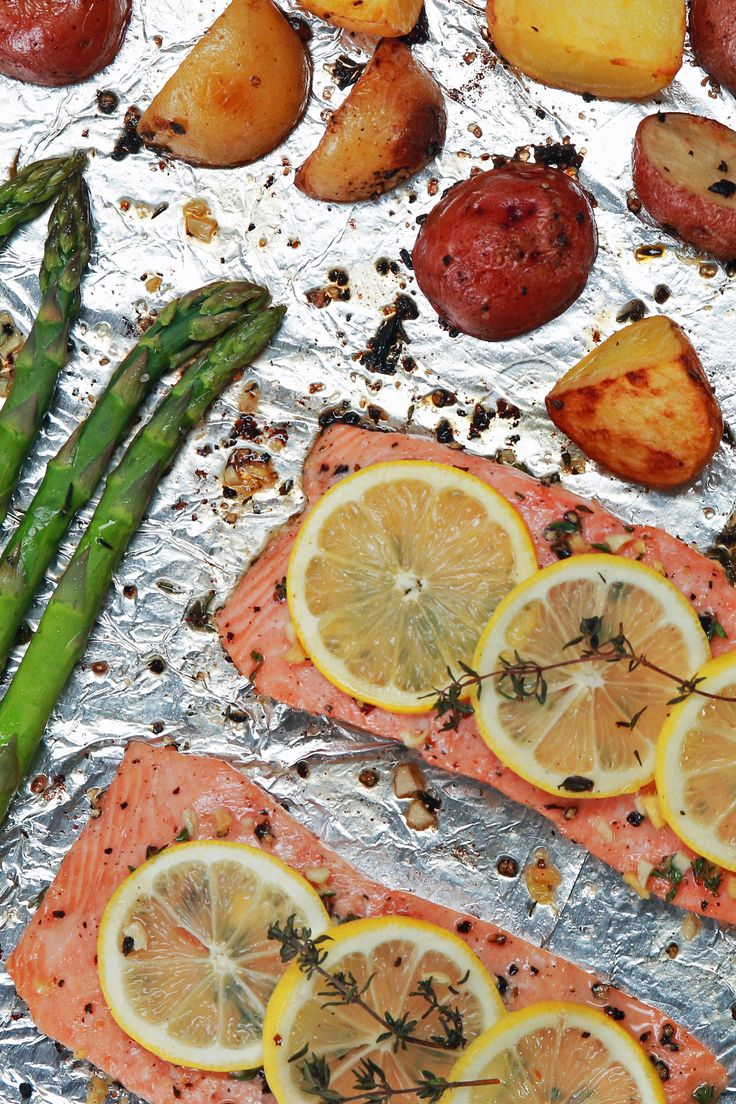 Forma de salmão e vegetais