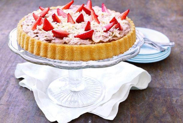 Ilahduta ystäviä itsetehdyllä kesäkakulla. Tämä kakku tunnetaan myös nimellä helppo äitienpäiväkakku. http://www.valio.fi/reseptit/helppo-kesakakku/