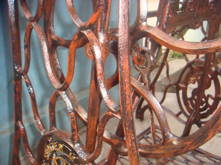 Kaki mesin jahit singer tua. Tampak detail cat sudah repaint tapi tetap mengutamakan classicalnya
