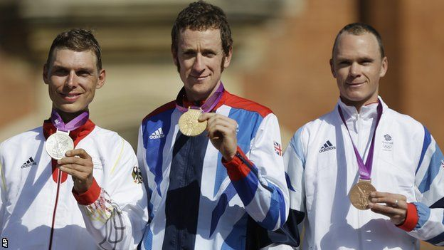 Bradley Wiggins (centre), Chris Froome (right)