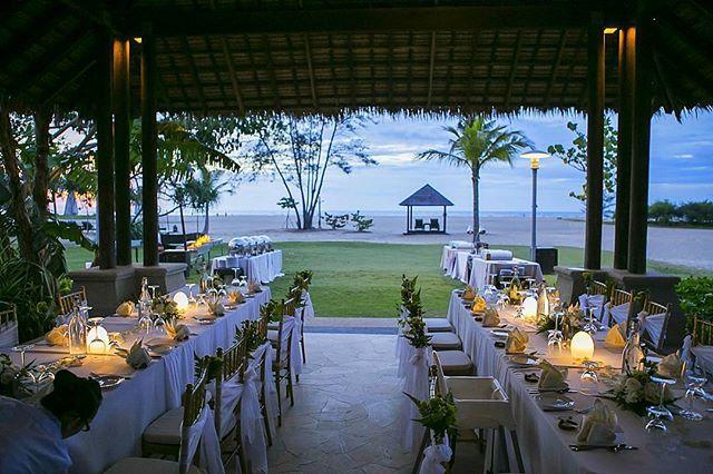 """"""". . マレーシ, ボルネオ島,  コタキナバル ウェディング  シャングリラ ラサリア リゾート&スパ  ディナーテーブルセットアップ  コタキナバルの新鮮なシーフードをご用意したバーベキューブッフェ  プライベートビーチを備えた 広大な敷地のリゾートです。  ボルネオ島は、 マレーシア, #インドネシア #indonesia  #ブルネイ #brunei の3ヶ国からなり、面積は日本の2倍, 世界第3位の島の面積を誇ります。  サバ州都 #コタキナバル  この海沿いの街は、空港から15分の所にあります。  #観光 #ショッピング #お食事 #大自然 に触れる事ができる #キナバル公園 とお子様連れのご家族にも人気の街です。  コタキナバル対岸の5つの島からなる国立海洋公園は、 コタキナバル市内からボートで10分の位置にあり、日帰りで、美しい島に行くことが出来ます。  人々も穏やかで、リゾート気分を味わう事が出来ます。  日本からの直行便もあります!  ボルネオ島はオンシーズンです! 毎日良いお天気が続いています。…"""
