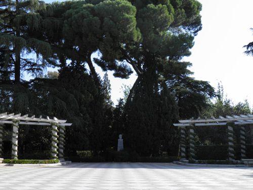 Los terminó en 1941 y se reabrieron de forma oficial en 1972. Cecilio Rodríguez nació en Valladolid y empezó como aprendiz en el Ayuntamiento de Madrid a la edad de 8 años. Gracias a su buen trabajo en los jardines y viveros ascendió hasta ser nombrado Jardinero Mayor del Retiro en 1914, incluso llegó a ser Director de Parques y Jardines de Madrid.