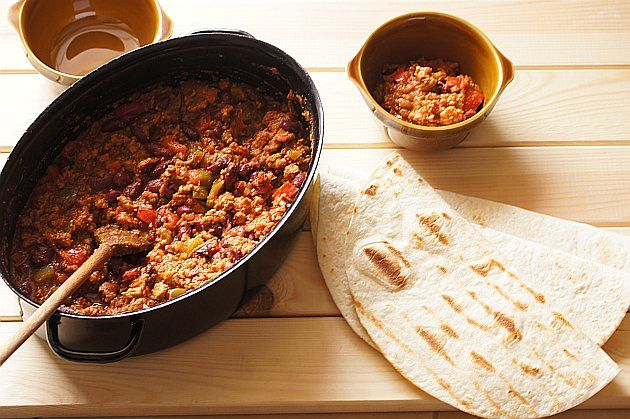 Chili con carne : Składniki na chili con carne 1 cebula 2 ząbki czosnku 2 papryczki chili 500 g mielonej wołowiny 1 papryka czerwona 1 papryka zielona 400 g pomidorów w zale. Przepis na Chili con carne