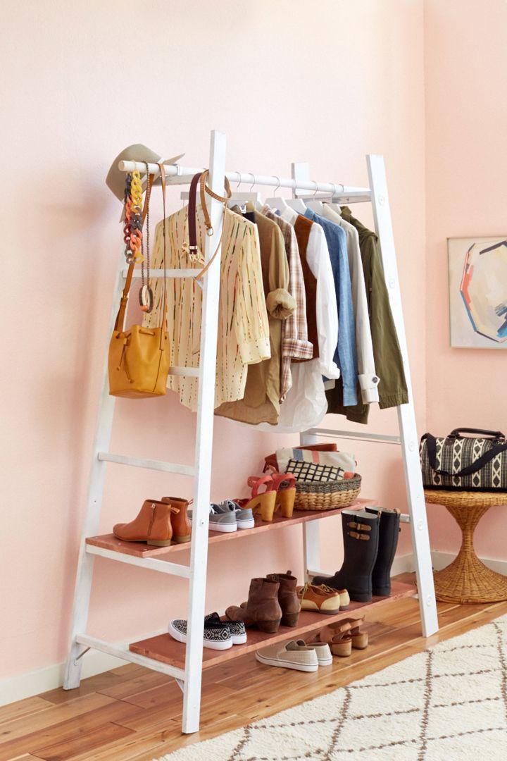 DIY: garment rack/ Dos escaleras, dos tablones de madera, una rama, un poco de pintura… resultado: el burro perfecto