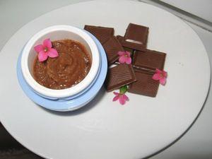 Шоколадный бальзам для губ: 1 ст.л. миндального масла, 1 ч.л. оливкового масла, 1 ст.л. меда, 0,5 ч.л. витамина Е., 8 г пчелиного воска, 7 г шоколада