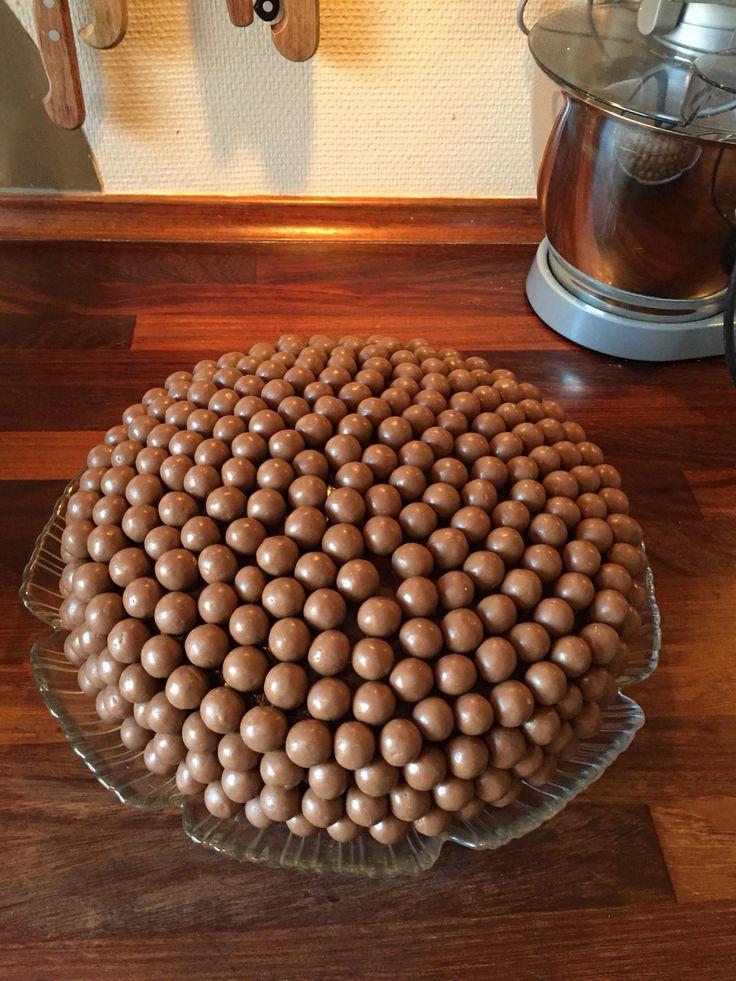 Chokolate cake with strawberry creamene and Malteasers.