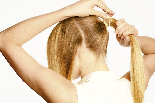 2. Ahora, hazte una cola de caballo con el resto del pelo.