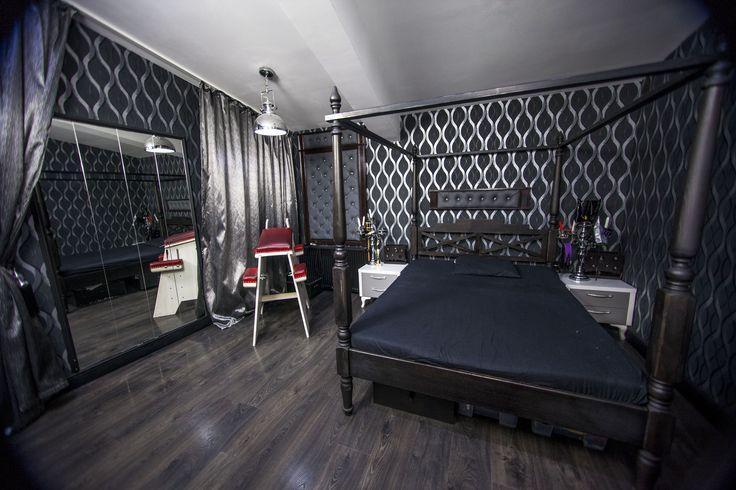 Suntem primul studio de Fetish Glamour din Romania! Decoruri bine alese, cu o eleganta aparte, special pentru tine.
