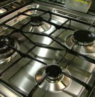 Funciona eu fiz . Limpeza de fogão: mistura de água + bicarbonato de sódio + vinagre branco, agitar e aplicar sobre o tampo do fogão. Se quiser depois pode passar pano seco. Para os queimadores e cachimbos, deixar de molho em bicarbonato e em seguida enxaguar.