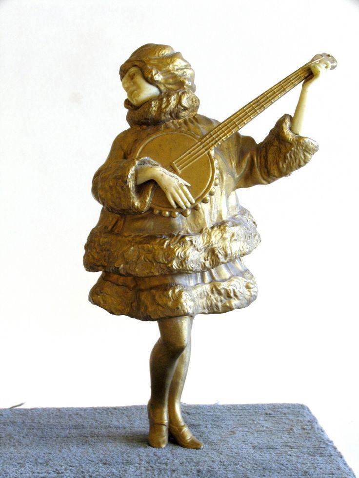 Figura femenina de bulto redondo tocando un banjo. #Música #MNAD