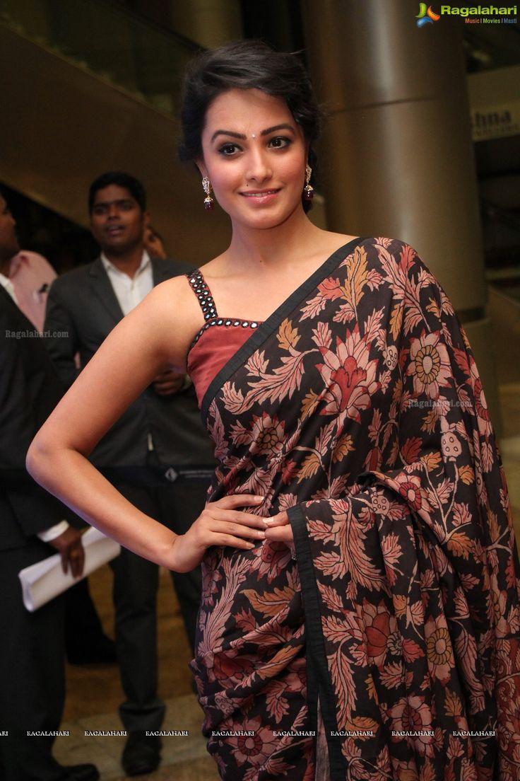 Anita Hassanandani Looking Sexy In Sleevless Blouse & Saree...
