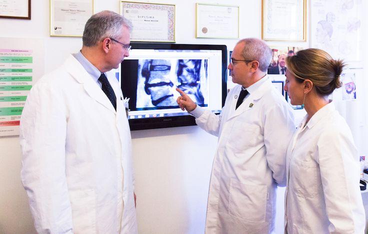 Lo staff dello Studio Mazzini - Milano Chiropratica esamina le lastre di un paziente affetto da ernia del disco