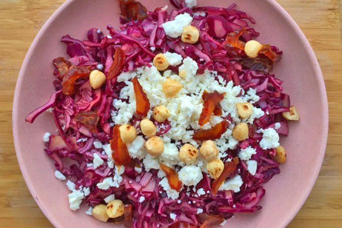 RECEPT: rode kool salade met feta, hazelnoten en dadels. Ik had een halve rode kool over en maakte er deze simpele rode kool salade van. Heerlijk fris door de balsamico! platbrood