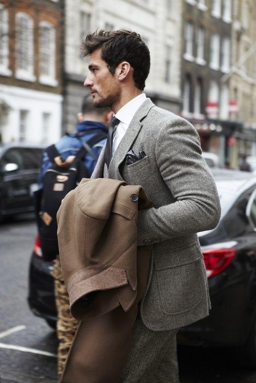 ダンディな雰囲気のツイード素材のスーツ。40代アラフォーメンズにおすすめのスーツコーデ。