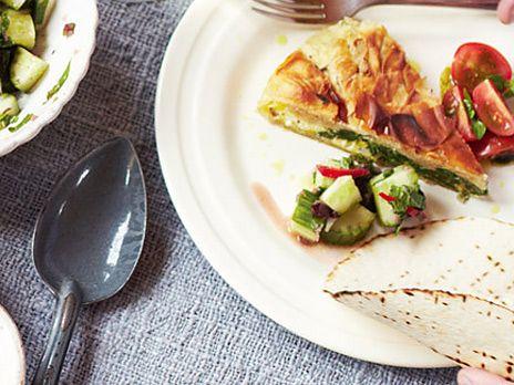 En snabblagad paj på filodeg som serveras med två färgglada sallader. Till efterrätt blir det glass med kaffe-choklad-och hasselnötstopping.