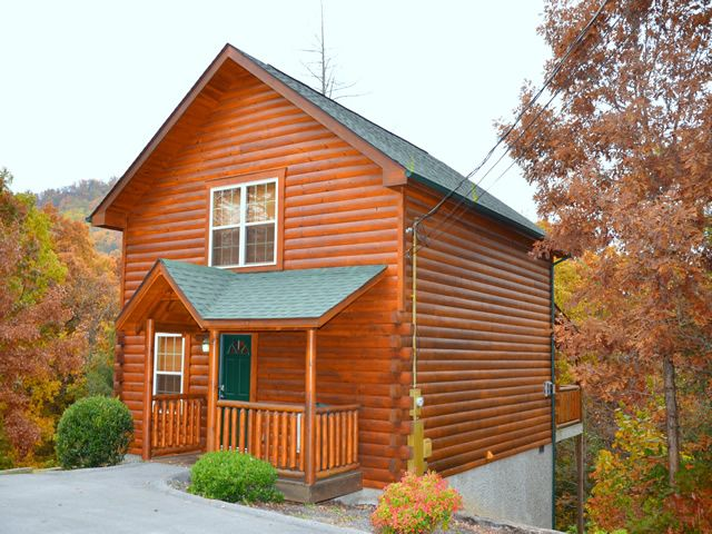 A Fantasy Ridge is located in Country Oaks Resort and is a luxury one bedroom log cabin.This cabin is located only 2 minutes off the Parkway of Pigeon Forge