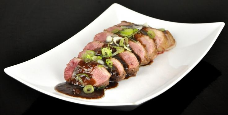 Naast sushi is Japanse eendenborst één van de meest fantastische gerechten uit de Japanse keuken. 'Aikamo' noemen de Japanners het. Heerlijk malse, getrancheerde eendenborstfilet in een Japanse marinade. De Japanners zijn befaamd om hun 'umami',