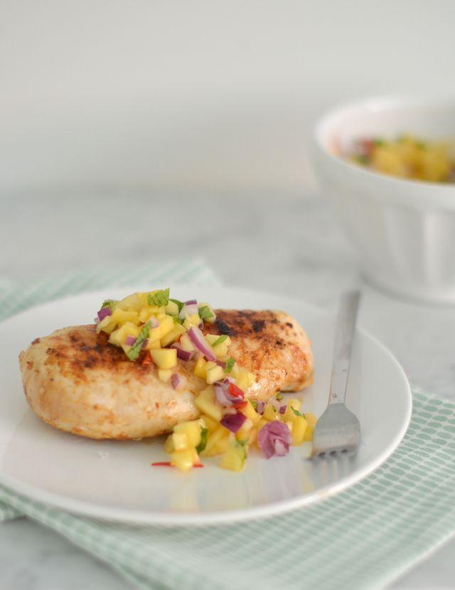 Gegrilde kip met mango salsa - ook lekker met kalkoen - gemaakt met krieltjes uit de oven en verse spinazie met knoflook of boontjes