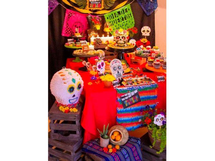 Lo más importante es que la memoria de nuestro ser querido siempre permanezca con nosotros y que nuestra ofrenda tengo los elementos adecuados para que ellos puedan regresar hacia nosotros, hay maneras muy originales de darle un giro y hacer que luzcan mucho más creativos. Checa estas ideas para decorar tu altar de muertos. CAMINITOApóyate de una mesa larga para decorar al altar, puedes agregar elementos que le den altura, lo que tengas en casa funcionará. Arcade Games, Birthdays, Halloween, Carpet, Day Of The Dead, Get In Shape, Hipster Stuff, Anniversaries, Birthday