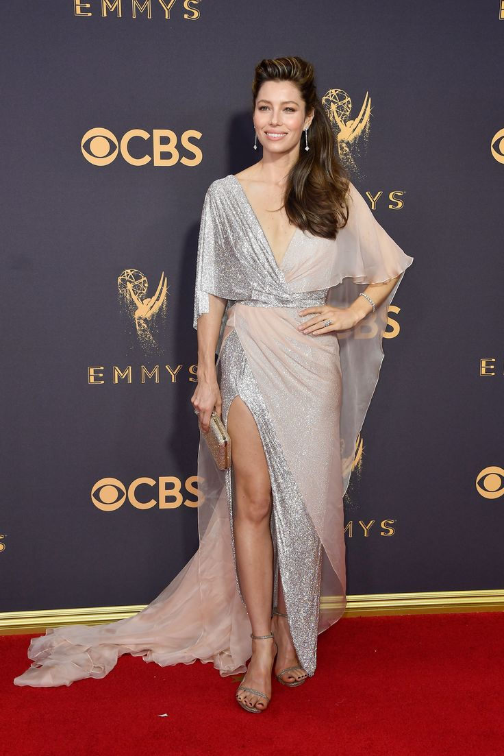 Emmy Awards 2017 - Jessica Biel with a Judith Leiber Couture clutch