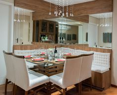 Sala de jantar com bancos e cadeiras conjugados