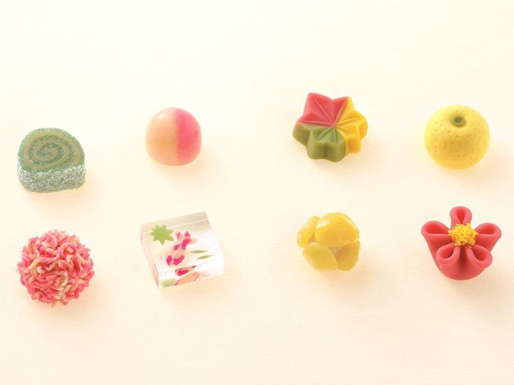 """【連載:東京大人女子のルール】大人女子が知っておきたい""""掟""""を学ぶ連載企画。第1回目は日本を代表する和菓子の老舗『とらや』の赤坂本店へ。大人の女性として和菓子に親しみ、賢く美しく贈る、""""とらや流和菓子の活用術""""を伺いました。"""