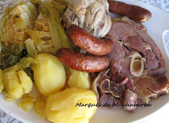 El lacón con grelos es una de las comidas típicas gallegas. En esta ocasión he sustituido los grelos por repollo, por no poder conseguir un...