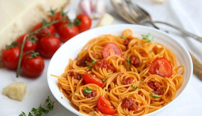 Томатная паста с помидорами черри и сыром пармезан. Кстати, слово «пармезан» это французский вариант, а по-итальянски правильно говорить «пармиджано-реджано».…