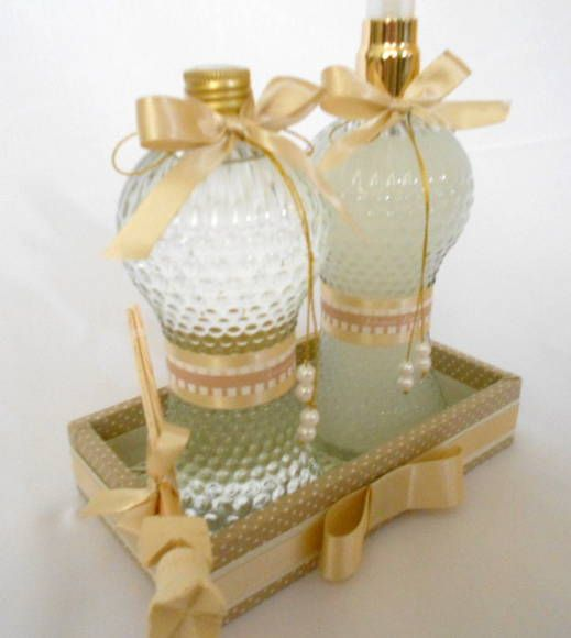 Kit lavabo inclui: 01 bandeja forrada em tecido 01 aromatizador de ambiente - frasco bico de jaca - tamanho grande 01 sabonete líquido - frasco bico de jaca - tamanho grande R$ 120,75