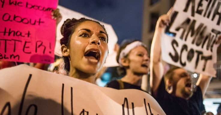 Centenas de manifestantes desafiam toque de recolher em Charlotte