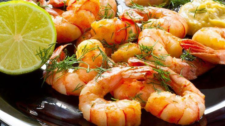 Креветки готовят все абсолютно по-разному. Но самые вкусные – это в соусе с чесноком и лимоном. Обжаривать креветки стоит в смеси двух масел (растительного и сливочного).