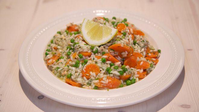 de witte      wijn in een ovenschaal en leg de vis erin. Bestrooi de vis met een beetje      zout en versgemalen peper en dek de ovenschaal af met...