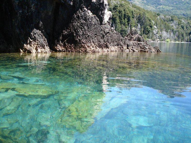 El lago Traful es un maravilloso lago ubicado a 60 kilómetros de Villa La Angostura y a 100 kilómetros de Bariloche y San Martín de los Andes. Tiene una población pequeña pero es un lugar muy turístico. El lago esconde dos grandes tesoros: el bosque sumergido y la cueva de la Virgen, además del orgullo de contar con las aguas puras, cristalinas e incontaminadas.