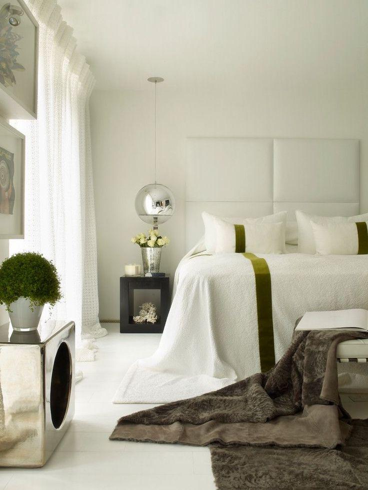 60+ идей интерьера белой спальни: элегантная роскошь (фото) http://happymodern.ru/belaya-spalnja/ Зеленые акценты в виде живых цветов и полос на постельном белье добавляют изюминку этой спальне
